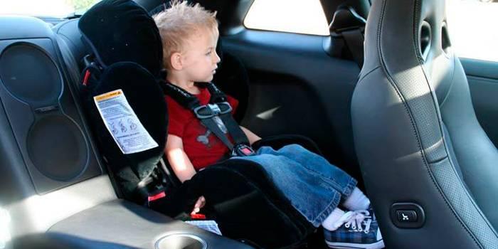 Ребенок в детском кресле в машине