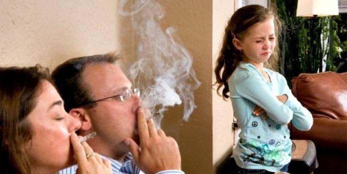 Ребенок и курящие люди