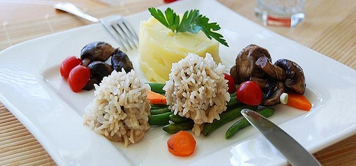 Мясные ежики с рисом и капустой