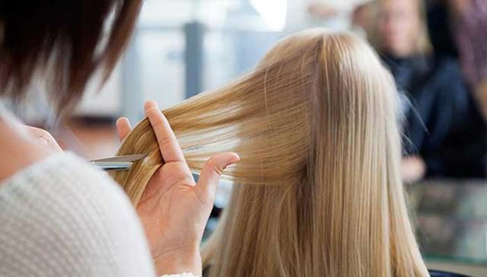 Девушка стрижет волосы по календарю