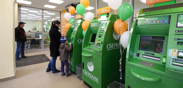 Девушка деактивирует услугу через банкомат