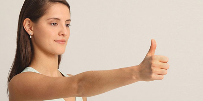 Девушка выполняет гимнастику Жданова для глаз