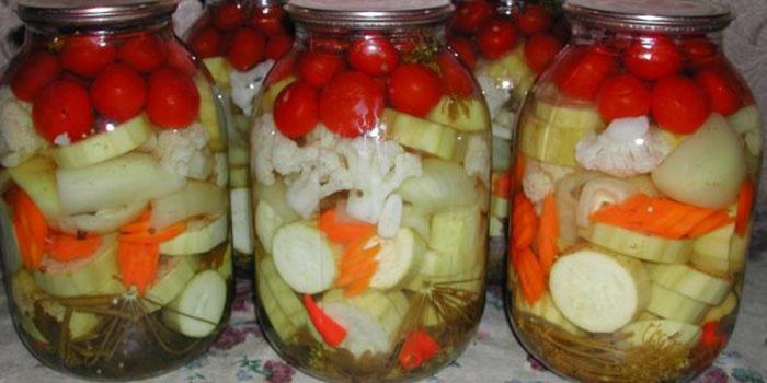 Консервируем кабачки с помидорами