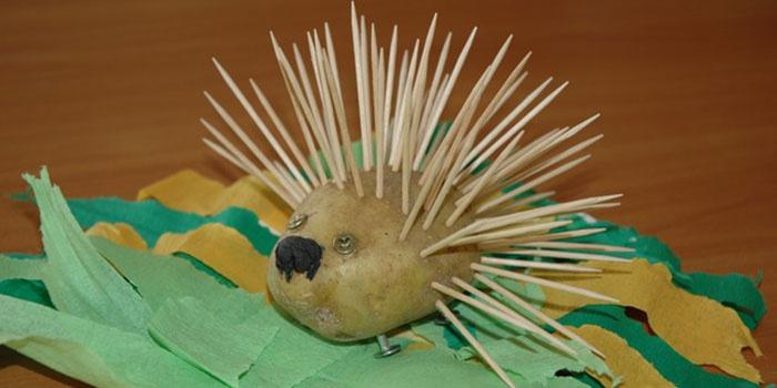 Ежик из картошки, сделанный своими руками