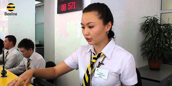 Сотрудница Билайн помогает абоненту восстановить номер