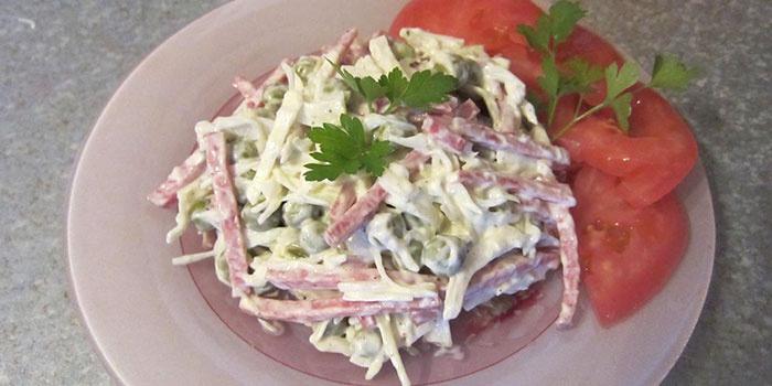 Мясной салат с копченой колбасой
