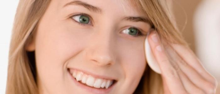 Девушка протирает лицо ватным диском