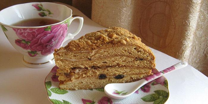 Торт Медовик с орехами и черносливом