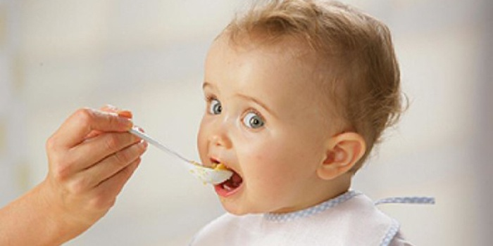 Мама кормит ребенка после кишечной инфекции