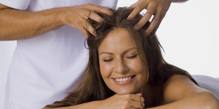 Массаж кожи головы способствует росту волос