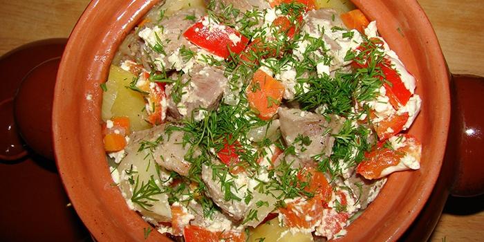 Индейка тушеная с овощами в горшочке