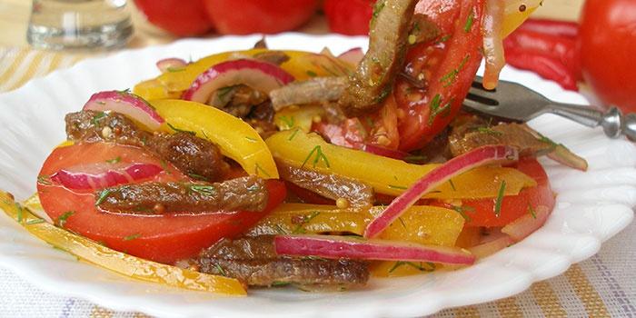 Мясной салат с луком и перцем