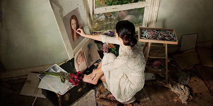 Девушка рисует красивый портрет