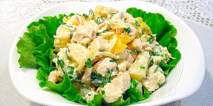Мясной салат с курицей и ананасами