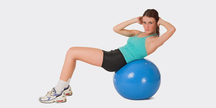 Упражнение на фитболе для спины