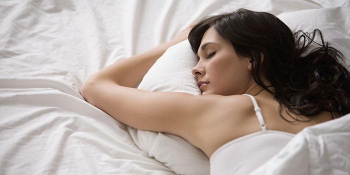 Красивая женщина спит