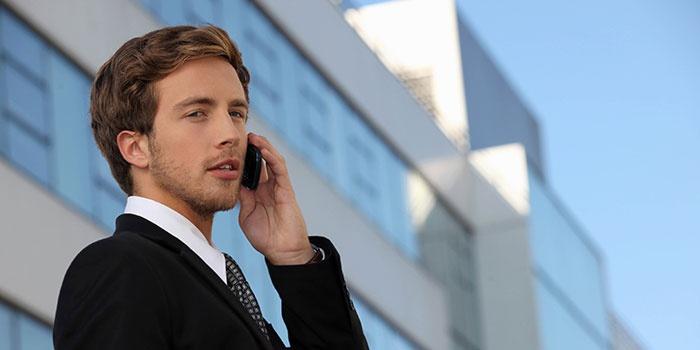 Мужчина узнает у оператора свой тарифный план на Мегафоне