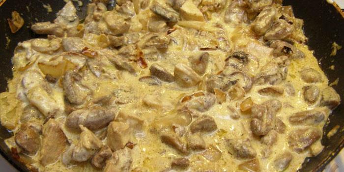 Рецепт-находка для хозяек — куриные желудочки, тушеные с грибами