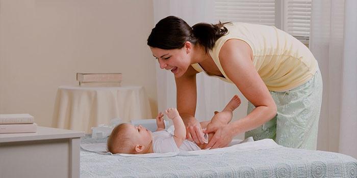 Мама ухаживает за ребенком