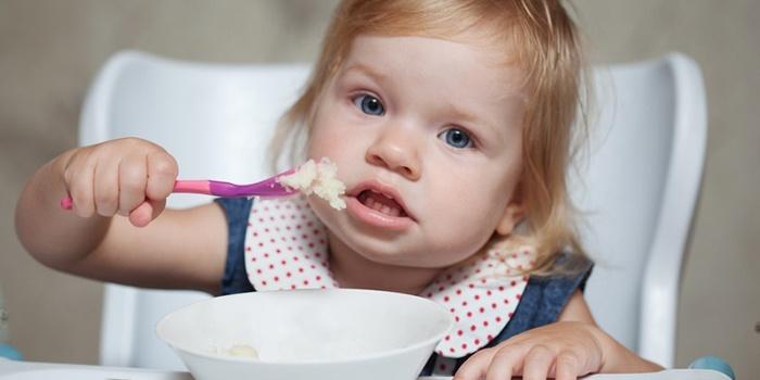 Ребенок соблюдает диету после кишечной инфекции