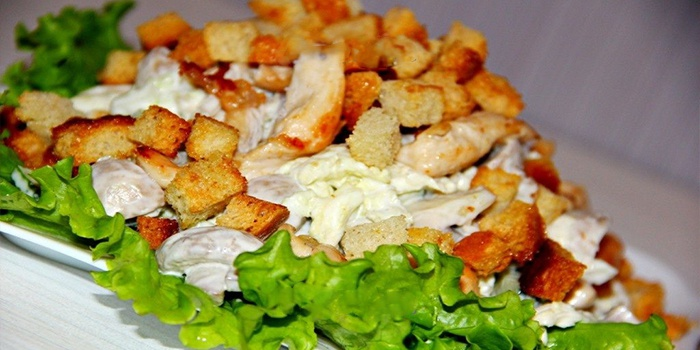Салат из куриный с грибами