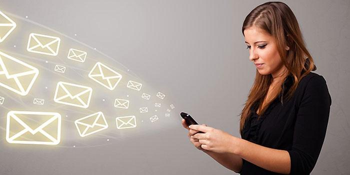 Девушка отключает платные услуги МТС по СМС