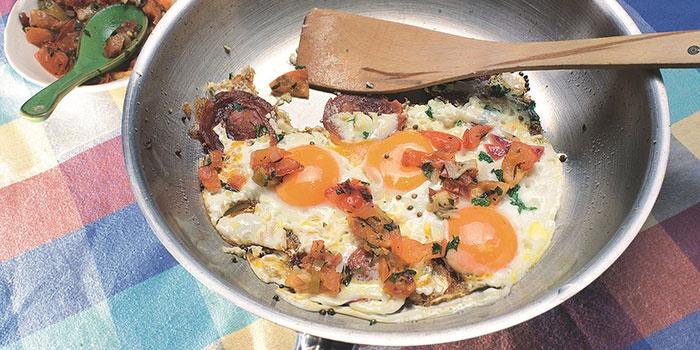Яичница с беконом, луком и грибами