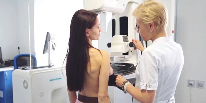 Врач проверяет наличие женских заболеваний