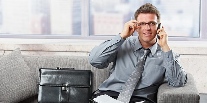 Мужчина бесплатно разговаривает в роуминге МТС