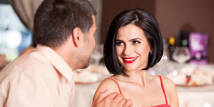 Девушка пытается влюбить в себя женатого мужчину