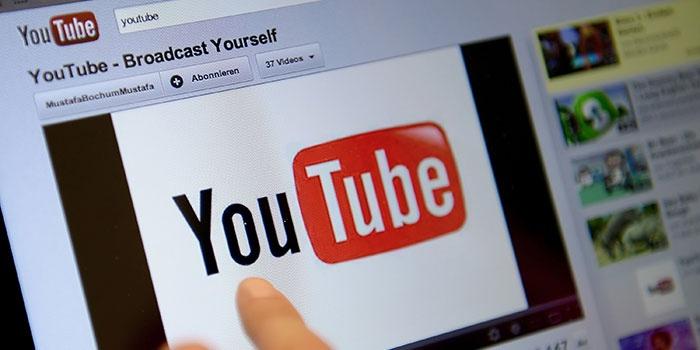Пользователь сохраняет видео с YouTube на компьютер