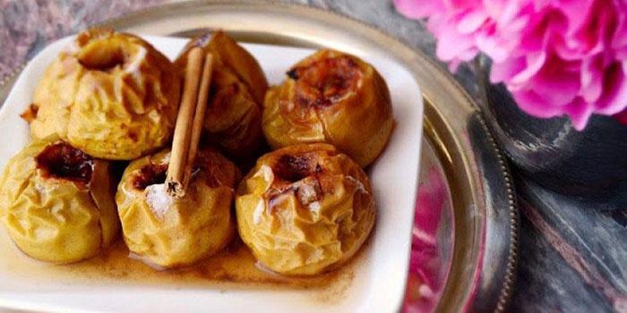 Яблоки с начинкой из меда и корицы