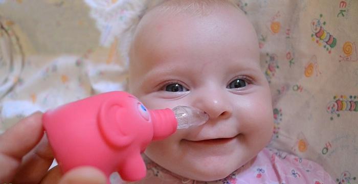 Чистка носа новорожденного спринцовкой