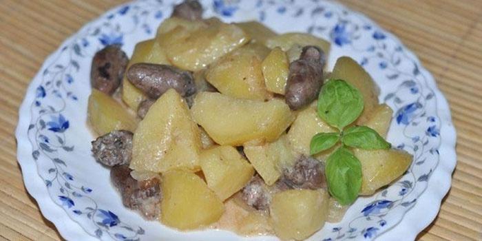 Тушенная картошка с куриными сердечками