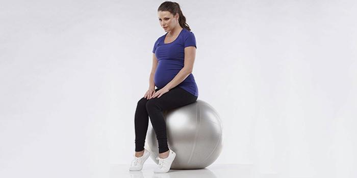 Упражнение на фитболе для беременных