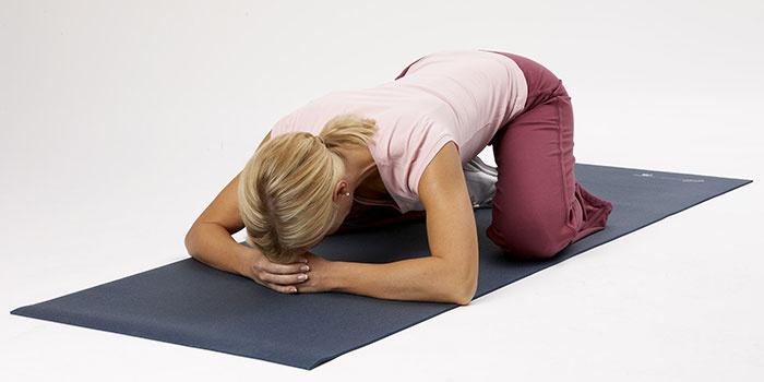 Девушка делает упражнения Кегеля для лечения недержания мочи
