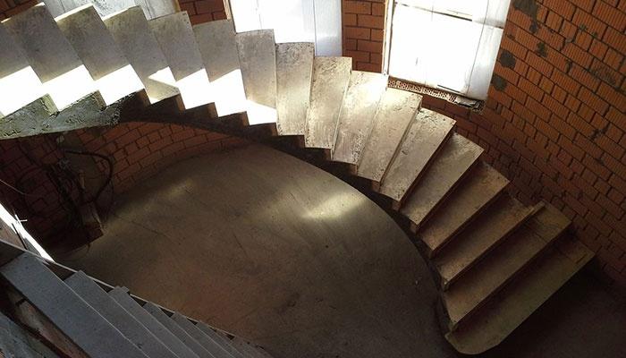 Бетонная монолитная лестница на второй этаж
