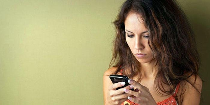Девушка отправляет просьбу перезвонить на Билайне