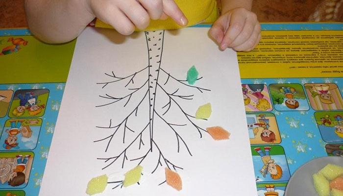 Ребенок делает поделку на тему осень своими руками