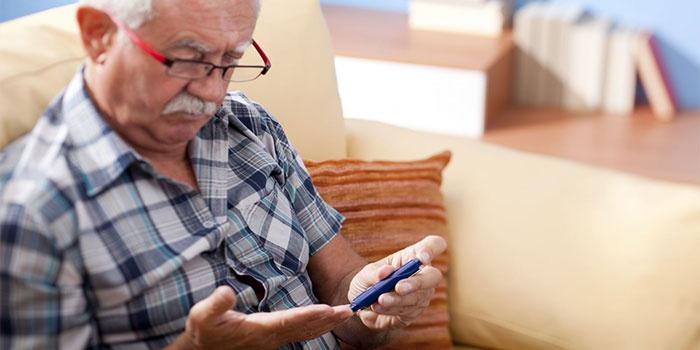 Мужчина проверяет уровень сахара в крови