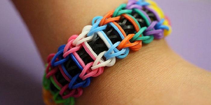 Разноцветный браслет из резинок в стиле лестница