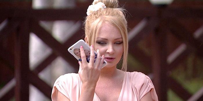 У девушки прослушивается мобильный телефон