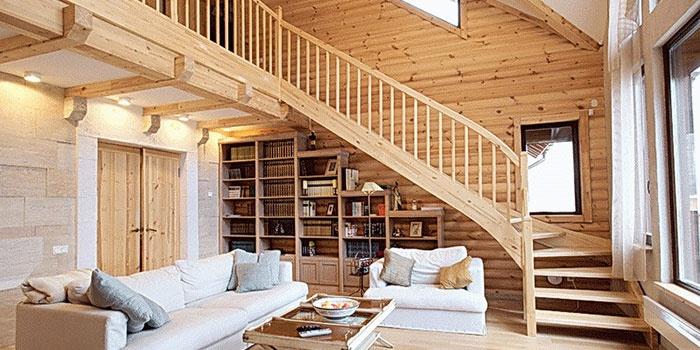 Деревянная лестница из бруса на второй этаж