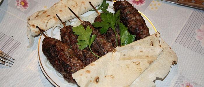 Свино-говяжий люля-кебаб на сковороде