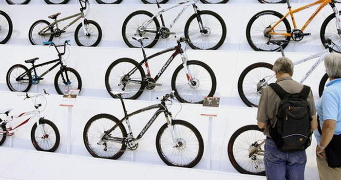 Мужчина выбирает велосипед для похудения