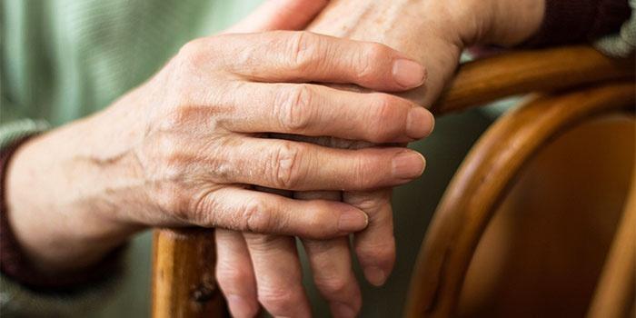 У мужчины ревматоидный артрит пальцев рук