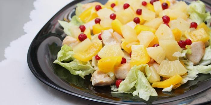 Блюдо с ананасами