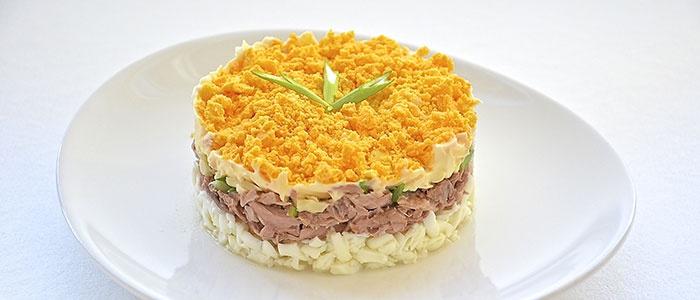 Слоенный куриный салат с тунцом