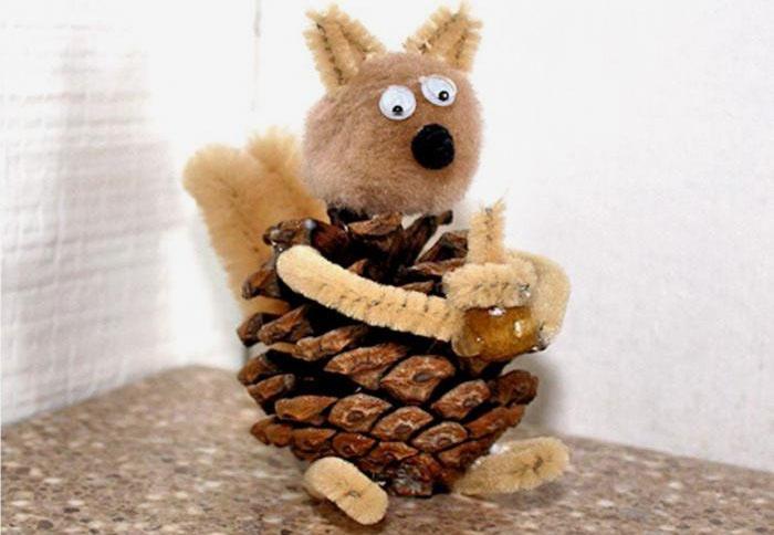 Поделка для детского сада - Белочка из шишек