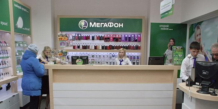Женщина проверяет остаток минут на Мегафоне в офисе оператора